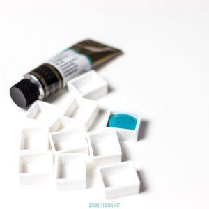 Aquarellfarben von Tuben in Näpfchen füllen